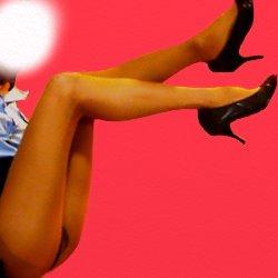ミニスカポリスの恰好で、脚だけクローズアップされて写っている写真