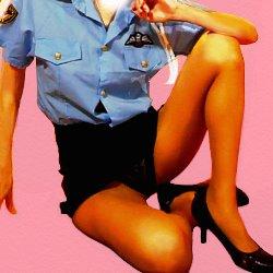 ミニスカポリスの衣装で片膝を立てて、股の黒いパンツを見せて座っている
