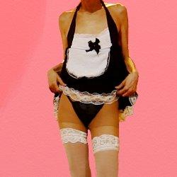 黒いメイド服に白い膝上ストッキングで、少しスカートをまくり上げて黒いパンツを見せている