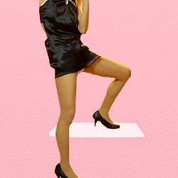黒いチャイニーズドレスで片足を机の上に乗せてポーズしている