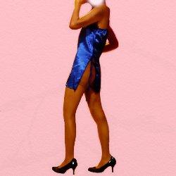 青いスリットのはいったドレスでお尻を少し見せて立っている
