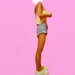 デニムのショートパンツに黄色いキャミソールで横向きで立っている