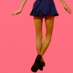 紺のミニスカの後ろ姿の脚