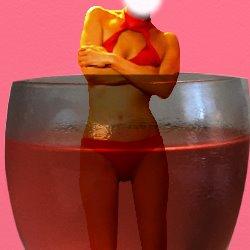 ピンクの飲み物に入っている赤いビキニの自分の姿