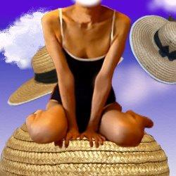 麦わら帽子の上にスクール水着で座っている