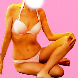 ピンクのビキニで崩した胡坐で座っている