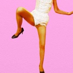 白いフワフワの下着で片脚を曲げて上げて踊っているような恰好で立っている