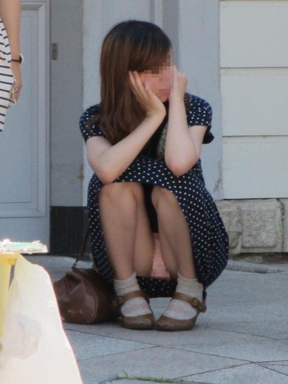 スカート履いてる女の子の気が緩むとすぐパンチラしちゃうwwwwwww【画像30枚】