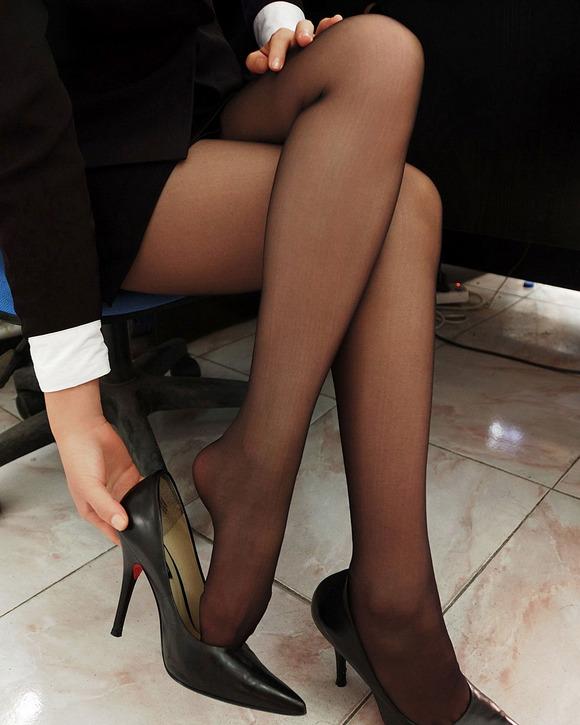 黒ストッキングを履いた美脚に足フェチ歓喜!wwwwwww【画像30枚】