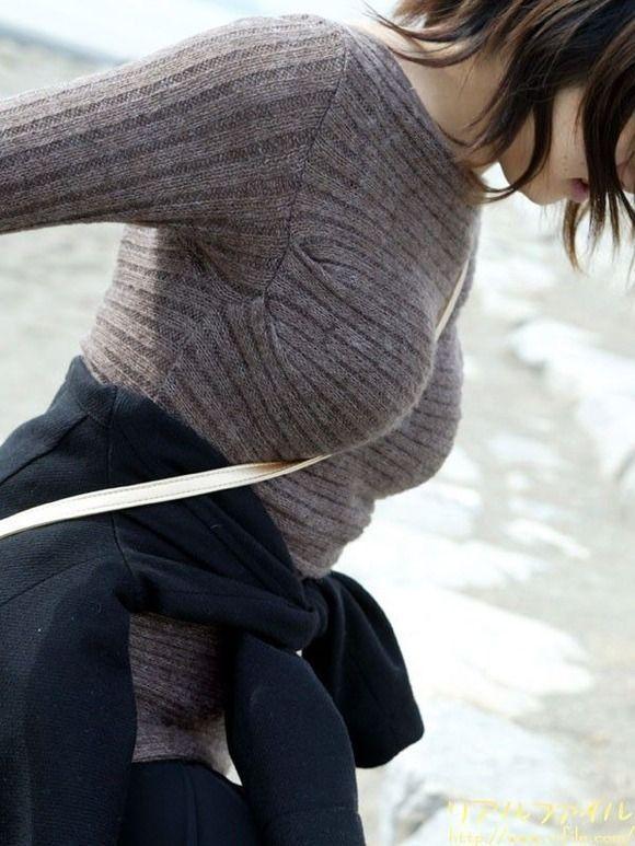 ニットセーターを着た女の子のおっぱいのカタチがエロすぎて困るwwwwwww【画像30枚】01_20171130000448e2e.jpg