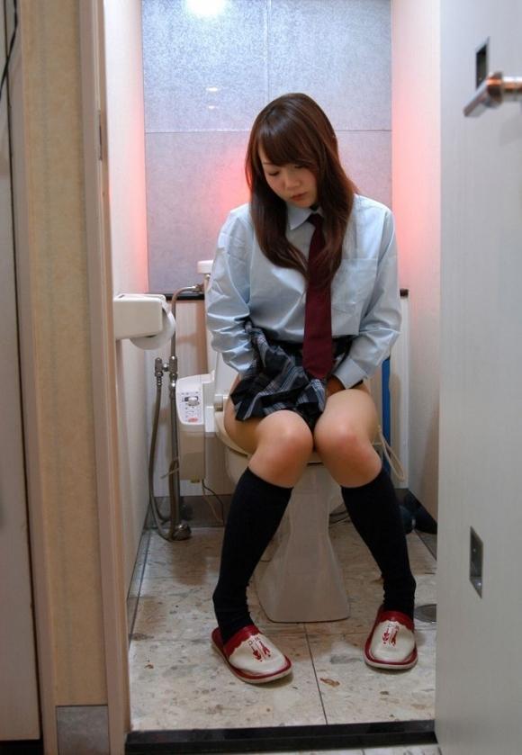 トイレ中の女の子が見れるレアなチャンス