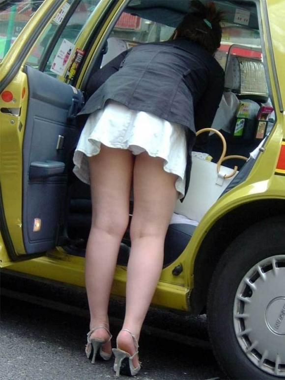 車から乗り降りする時のパンチラが多すぎるwwwwwww【画像30枚】01_20171226023338c1b.jpg