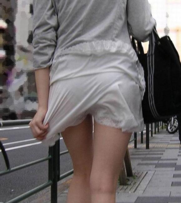薄手のスカートからの透けパンティがくっそエロいwwwwwww【画像30枚】