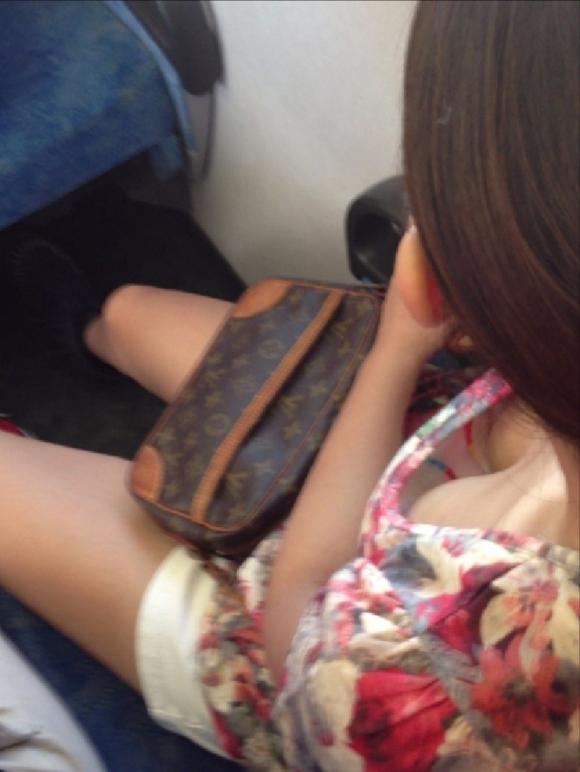 【ガン見】よく見たら電車内で胸チラしてる素人女子がいっぱいいる件wwwwwww【画像30枚】01_20180210205123a60.jpg