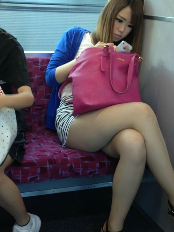 【ガン見】電車で座ってる女の子の脚がエロくてどうしても見てしまうwwwwwww【画像30枚】