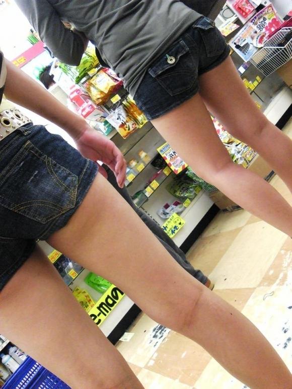 街でホットパンツの女の子を見るとどうしても目がいってしまうwwwwwww【画像30枚】01_2018060901064916e.jpg