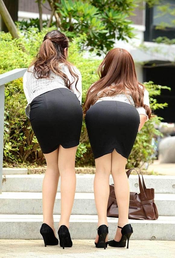 必ずセクハラしたくなるwwwOLさんのタイトスカート!【画像30枚】01_201807140108200d4.jpg