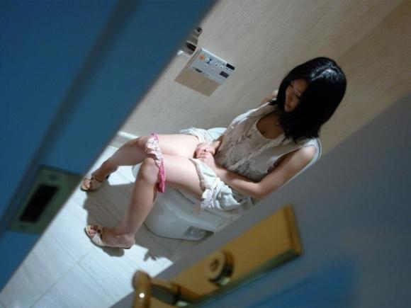 トイレ中の女の子が見れるレアなチャンスwwwwwww【画像30枚】02_20171213005434a4d.jpg