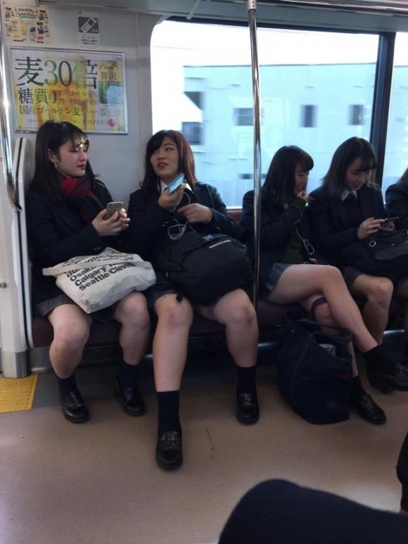 電車内で盗み撮りされた素人のパンチラ&太ももがコレwwwwwww【画像30枚】02_20180406002638bee.jpg