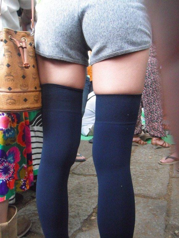 ニーハイ履いた女の子の脚がマジでたまらんwwwwwww【画像30枚】02_201805080115358cc.jpg