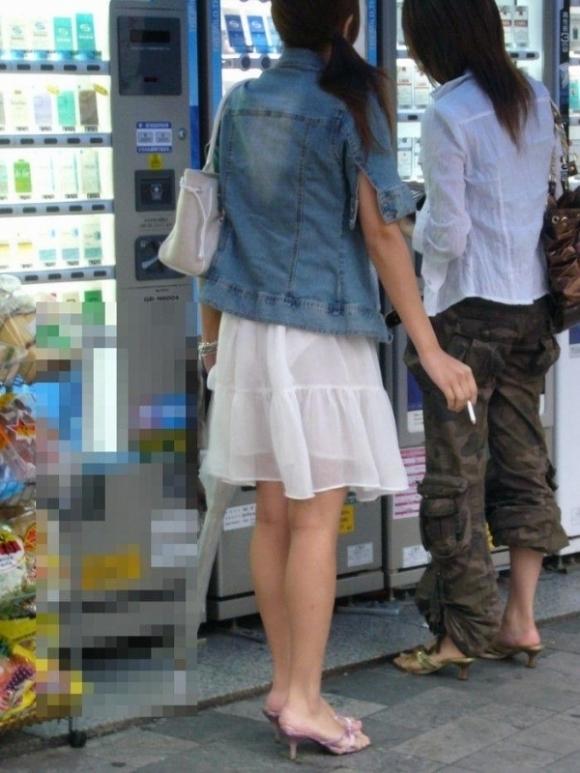 暑いからってパンツ透けるスカートで外出しちゃダメだってwwwwwww【画像30枚】02_20180601004602567.jpg