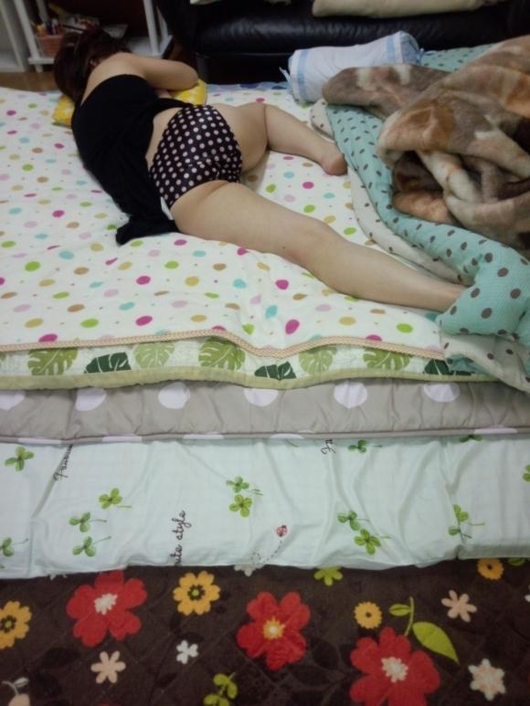 【流出画像】彼女がエロい尻出して寝てるんだがwww需要ある?wwwwwww【画像30枚】02_20180709225842511.jpg