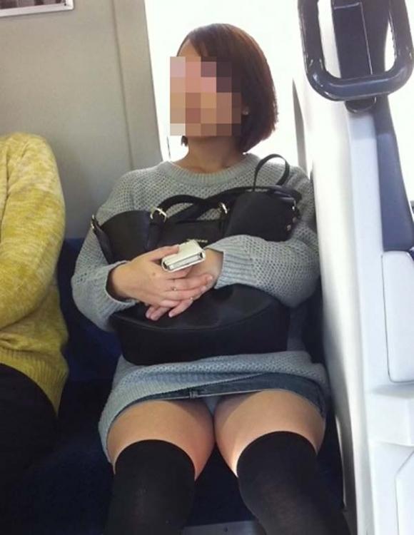 お股がユルくて対面の人にパンチラしちゃってる女の子wwwwwww【画像30枚】03_201710140142195ad.jpg