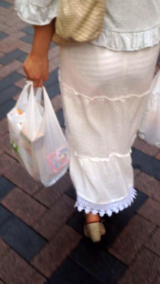 薄手のスカートからの透けパンティがくっそエロいwwwwwww【画像30枚】03_20180120012130e53.jpg