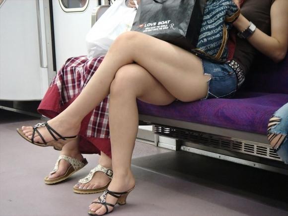 【ガン見】電車で座ってる女の子の脚がエロくてどうしても見てしまうwwwwwww【画像30枚】03_20180223021811a32.jpg