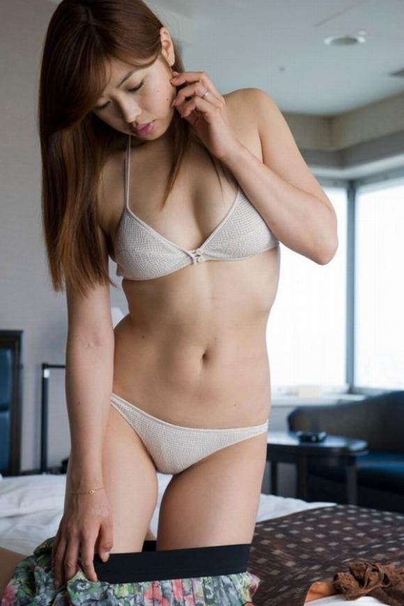 【脱衣中】服を脱いでる時の女の子って妙にセクシーだよなwwwwwww【画像30枚】03_201803070111302a5.jpg