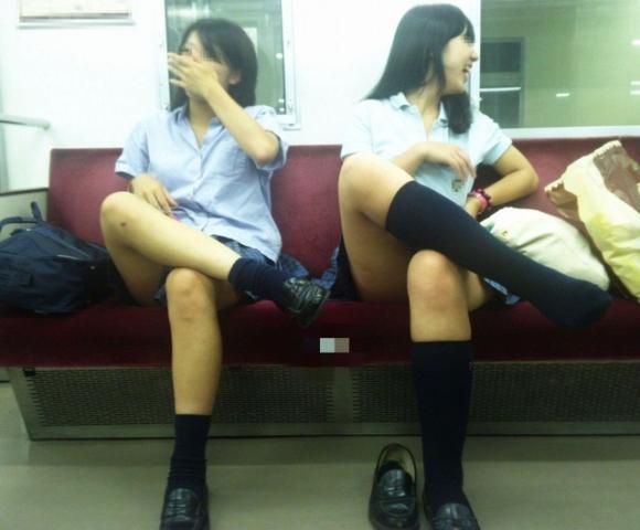 電車内で盗み撮りされた素人のパンチラ&太ももがコレwwwwwww【画像30枚】03_201804060026404e1.jpg
