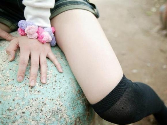 ニーハイ履いた女の子の脚がマジでたまらんwwwwwww【画像30枚】03_201805080115370bd.jpg