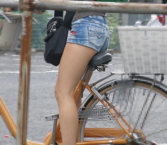 街でホットパンツの女の子を見るとどうしても目がいってしまうwwwwwww【画像30枚】03_201806090106512c1.jpg