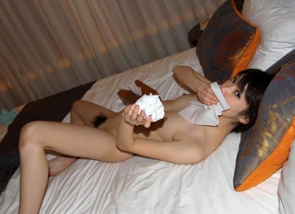 【事後処理】セックス後にティッシュで処理がんばってる女の子wwwwwww【画像30枚】03_20180825151435379.jpg