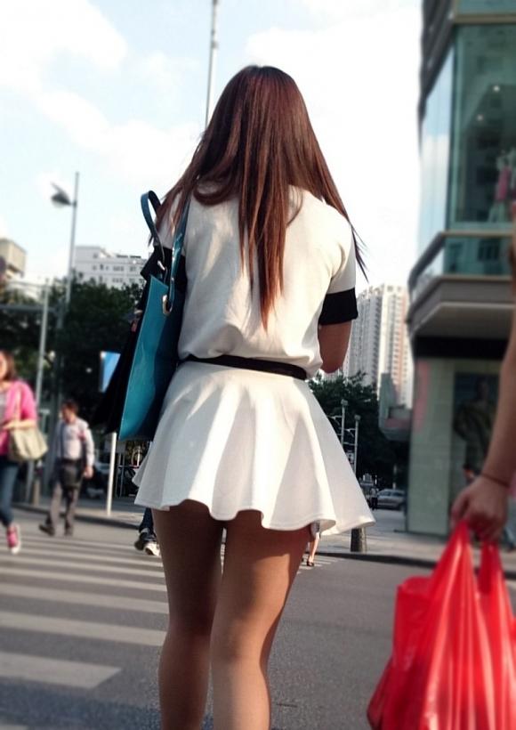 ミニスカートの女の子ってどうしても目がいってしまうwwwwwww【画像30枚】04_20171001023812c24.jpg