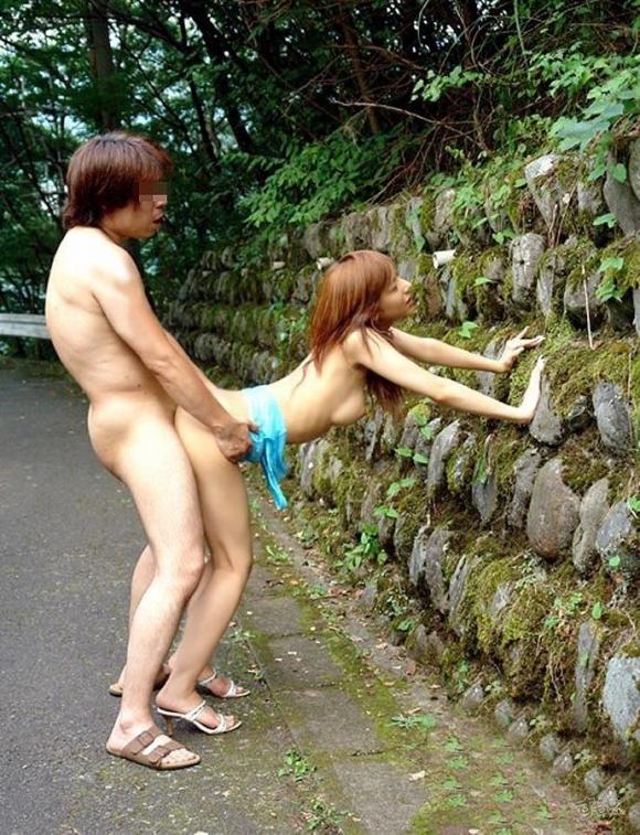 屋外セックスといえばやっぱり立ちバック!wwwwwww【画像30枚】04_2017102200140654e.jpg