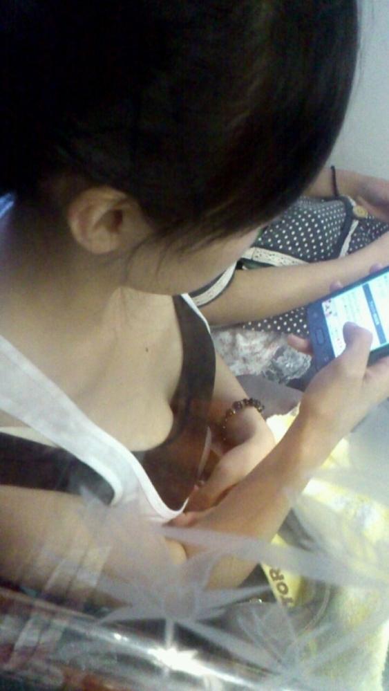 【ガン見】よく見たら電車内で胸チラしてる素人女子がいっぱいいる件wwwwwww【画像30枚】04_20180210205127238.jpg