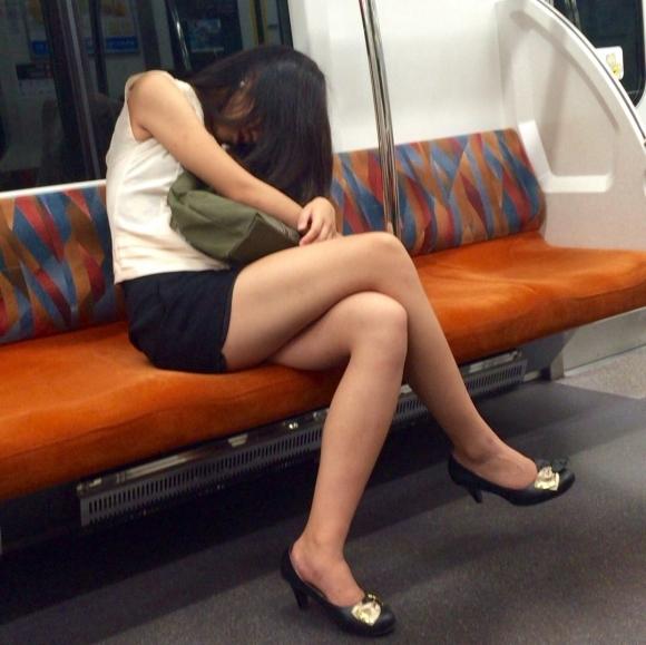 【ガン見】電車で座ってる女の子の脚がエロくてどうしても見てしまうwwwwwww【画像30枚】04_20180223021813569.jpg