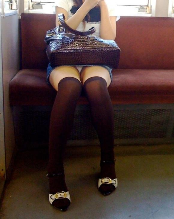お股がユルくて対面の人にパンチラしちゃってる女の子wwwwwww【画像30枚】05_20171014014222a8c.jpg