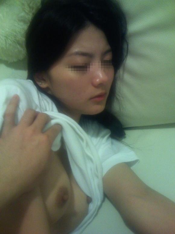 【確信犯】熟睡してる彼女のおっぱいを丸出しにして撮っちゃう彼氏wwwwwww【画像30枚】05_20180122175243bb6.jpg