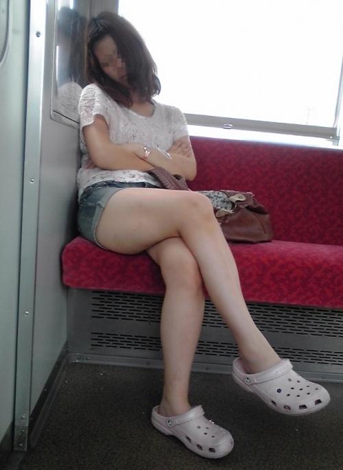 【ガン見】電車で座ってる女の子の脚がエロくてどうしても見てしまうwwwwwww【画像30枚】05_201802230218144e4.jpg