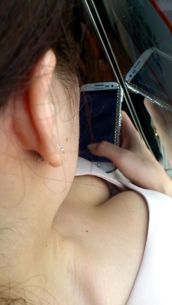 電車内でどうしても目に入る素人女子の胸チラがエロすぎるwwwwwww【画像30枚】05_20180327010057c62.jpg