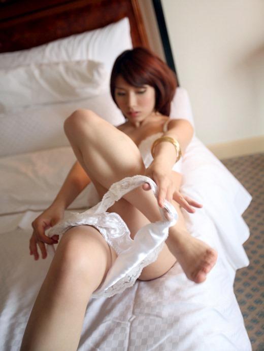 【脱衣中】女の子が服や下着を脱いでる途中ってめっちゃエロいよなwwwwwww【画像30枚】05_20180409001418c1a.jpg