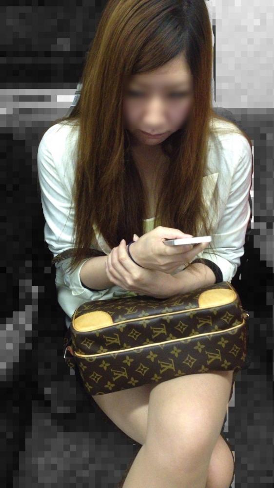【ガン見】電車で座ってる女の子の脚がエロくてどうしても見てしまうwwwwwww【画像30枚】06_20180223021816ab8.jpg