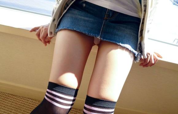 デニムスカートって簡単にパンチラしちゃうから履くとき注意なwwwwwww【画像30枚】06_20180610011550a28.jpg