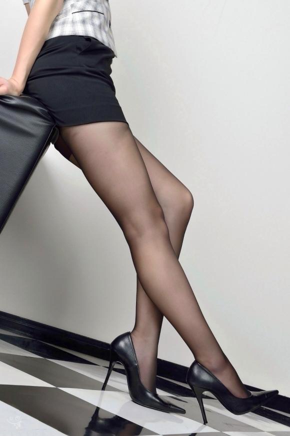 黒ストッキングを履いた美脚に足フェチ歓喜!wwwwwww【画像30枚】07_20171122014817fc2.jpg