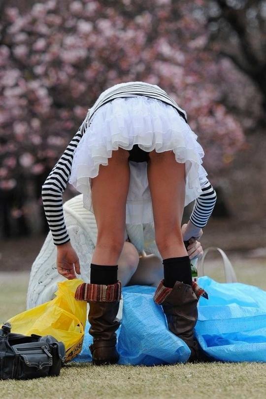 スカートだとパンチラしちゃうから背後に要注意wwwwwww【画像30枚】07_201712310403445cc.jpg