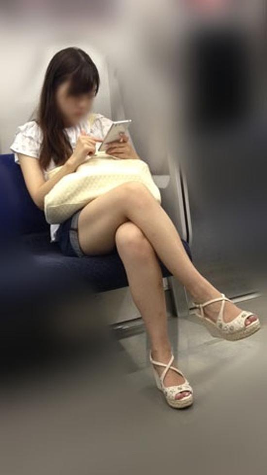 【ガン見】電車で座ってる女の子の脚がエロくてどうしても見てしまうwwwwwww【画像30枚】07_20180223021817176.jpg