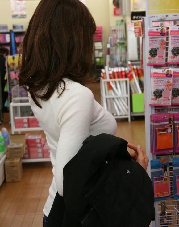 パツンパツンの着衣巨乳の女の子をたまに見るけど羨ましいよなぁぁぁwwwwwww【画像30枚】07_20180328005650a00.jpg