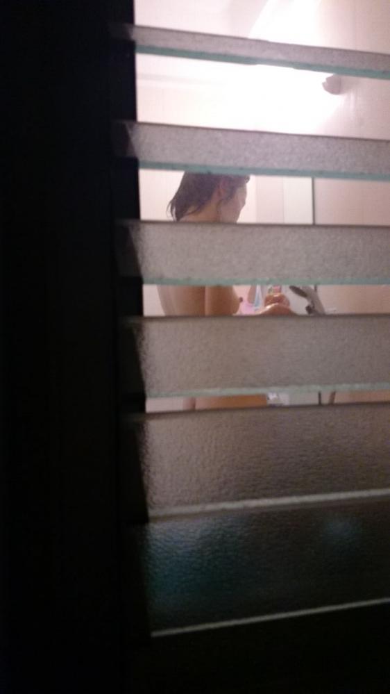 【民家盗撮】ガチ素人のお風呂を覗き見するとかヤバいだろwwwwwww【画像30枚】07_2018052401491706e.jpg